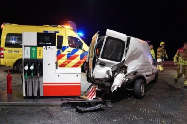 Ernstig ongeluk bij tankstation: twee gewonden