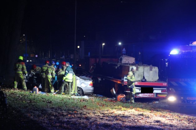 BMW botst tegen geparkeerde trailer: bestuurder gewond