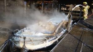 Brand verwoest plezierjacht in haven Wessem