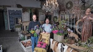 """John en John hebben een bloemen- en brocantewinkel in Baarlo: """"In november en december leven we om te werken"""""""