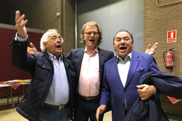 André Rieu vermaakt zich prima in Barcelona met het macarena-duo Los Del Rio