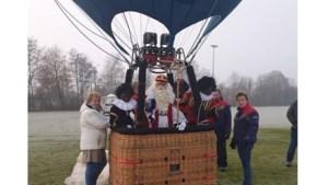 Sinterklaas en zijn Pieten arriveren per luchtballon in Montfort