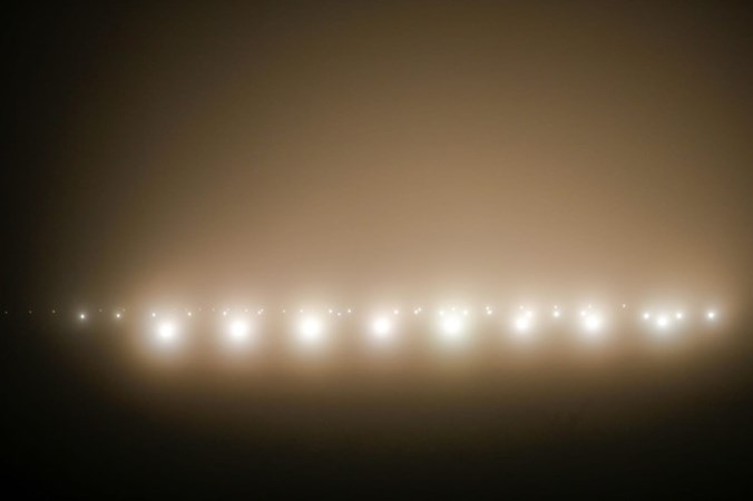 Dikke mistdeken over Nederland: urenlang geen vluchten in Eindhoven