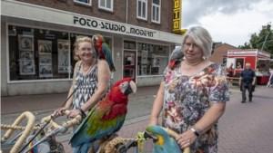 Cornelia Koenen loopt met haar vogels door Parkstad