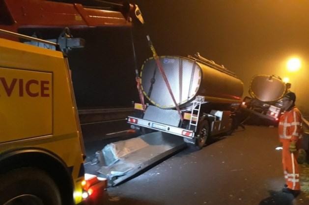 Vrachtwagen botst tegen wegversmalling A77 bij Gennep: snelweg enige tijd dicht