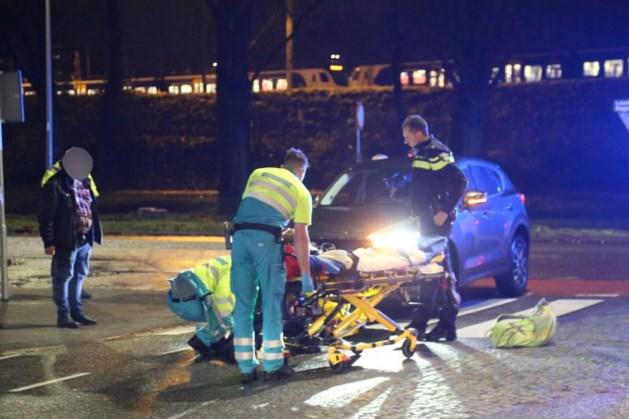 Vrouw op zebrapad aangereden door personenauto