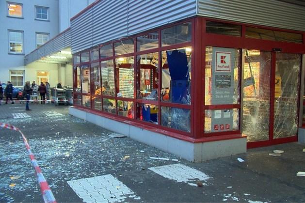 Plofkrakers richten ravage aan bij Duitse supermarkt