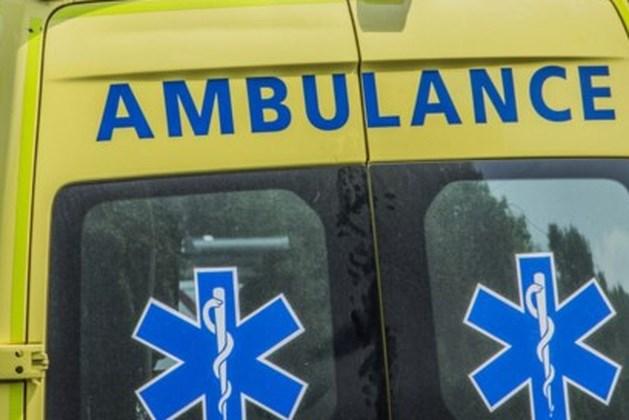 Voetballer afgevoerd met ambulance, duel tijdelijk gestaakt