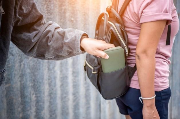 Winkelend publiek Roermond krijgt voorlichting over zakkenrollerij