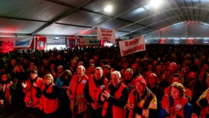 Honderden medewerkers Tata Steel voeren actie tegen massaontslag