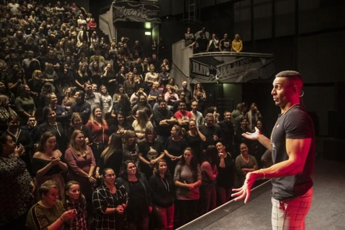Tisjeboy Jay trekt volle zalen met zijn eerste theatershow en dat succes smaakt naar meer