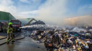 Aanhoudende rookontwikkeling na brand bij recyclingbedrijf: zes woningen ontruimd