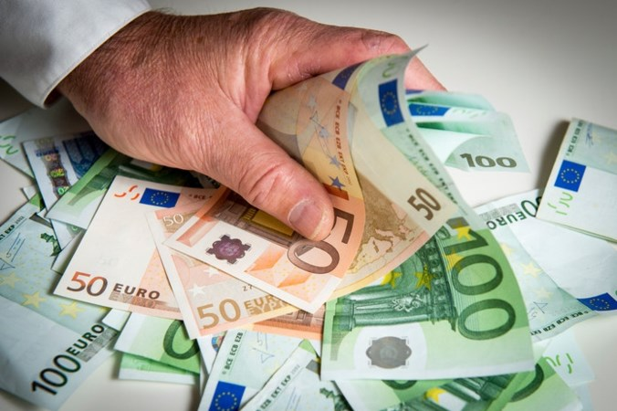 Man loopt tegen de lamp als koffer met 50.000 euro openbarst