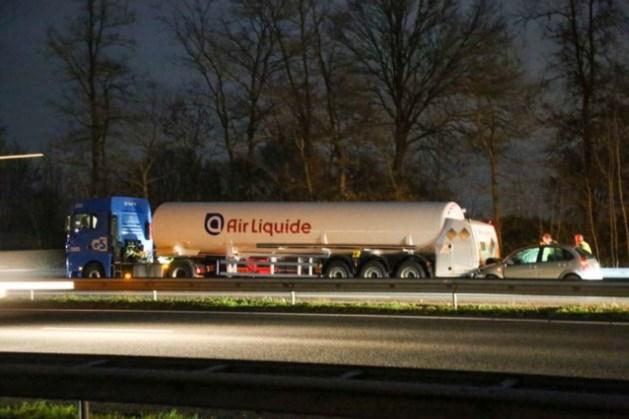 Auto rijdt achterop tankwagen op A2