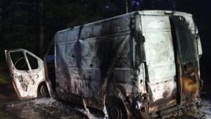 Uitgebrand busje in Leenderbos blijkt volgeladen met vaten drugsafval