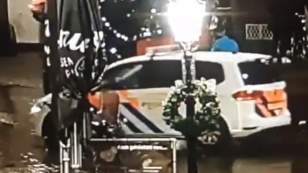 Keren op de weg mislukt: politieauto rijdt lantaarnpaal omver
