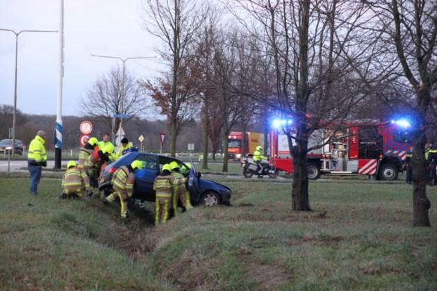 Auto belandt in greppel na botsing: een persoon gewond