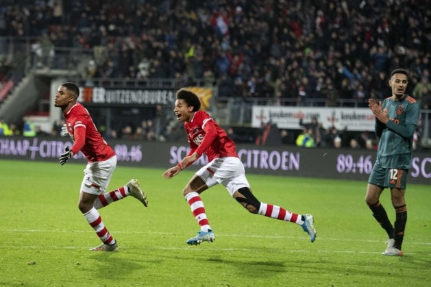 AZ deelt late dreun uit aan gehavend Ajax