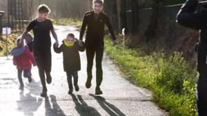 Elsloose tieners halen met sponsorloop 2343 euro op voor zieke vriendje