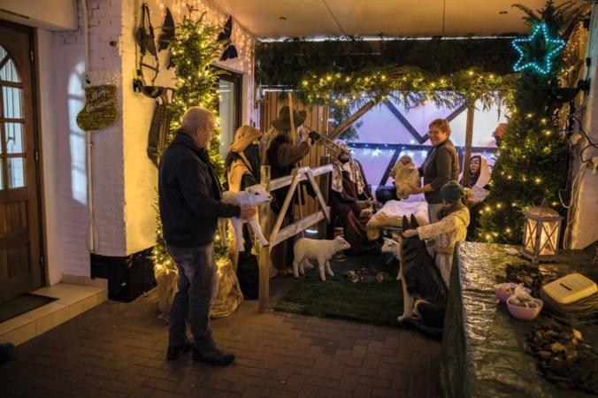 Nico en Jenny uit Welsden verwachten veel bezoekers in hun kerststal