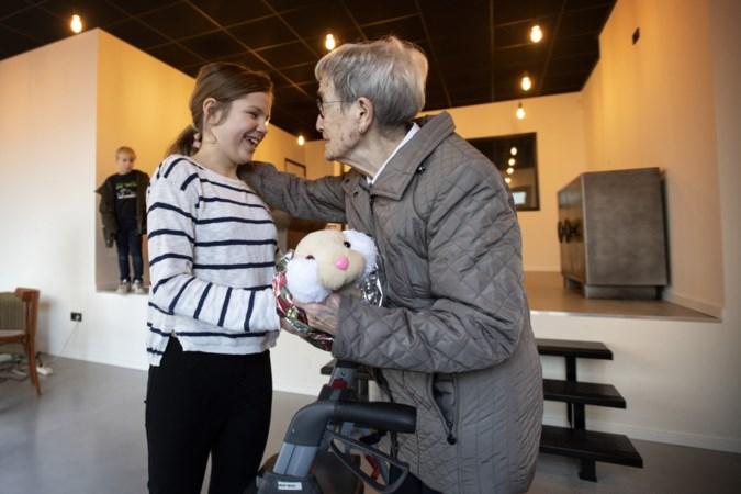 Heerlense Victoria (11) geeft zeshonderd ouderen een knuffel tegen eenzaamheid voor Kerstmis