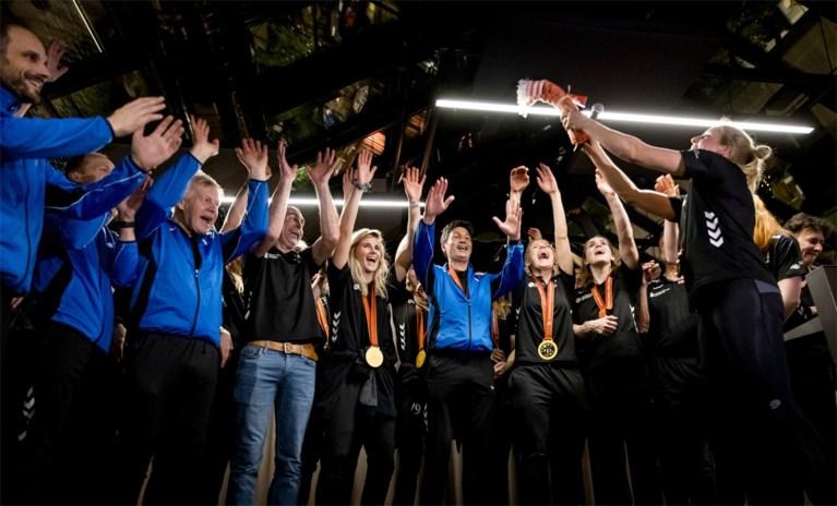 Video: Handbalsters in holst van de nacht feestelijk onthaald op Schiphol