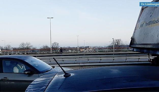 Frustratie in de blokkeerfile: een ooggetuigenverslag vanaf het A2-viaduct bij VDL-Nedcar in Born
