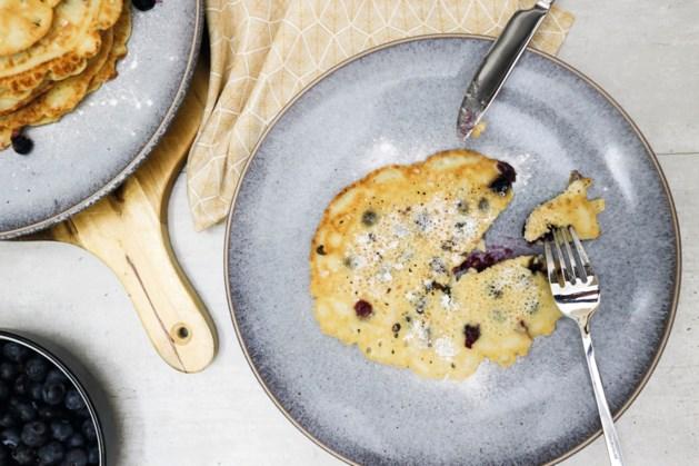 Smeuïge pannenkoeken van amandelmeel en met blauwe bessen