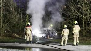 Auto brandt volledig uit op doodlopende weg langs A73: politie vermoedt brandstichting