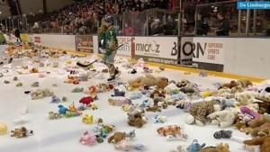 Video: IJshockeyers bedolven onder tienduizenden knuffels