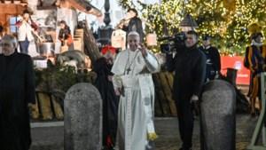 Vrouw grijpt paus hardhandig bij de arm op Sint-Pietersplein