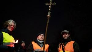 Paul Arends draagt voor de 25e keer het kruis bij bedevaart Landgraaf-Wittem