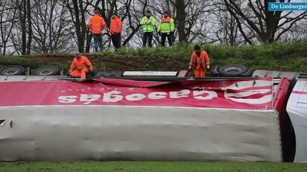 Video: Vrachtwagen gekanteld op afrit A2 bij Sint Joost