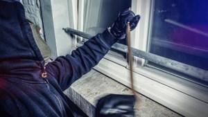 Bewoner betrapt inbrekers en wordt ziekenhuis in geslagen