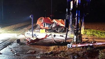 Automobilist overleden na aanrijding met trein: bijrijder ernstig gewond