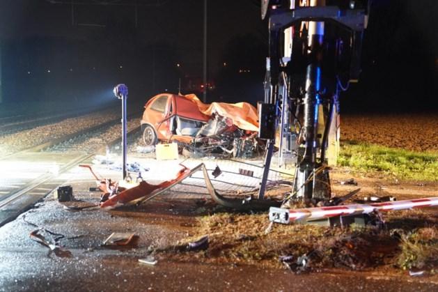 Trein botst op auto: traumahelikopter opgeroepen