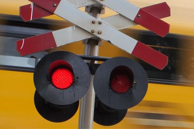 Litouwse vrachtwagen rijdt zich vast op spoorwegovergang: treinverkeer enige tijd gestremd