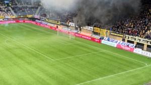Derby Roda - MVV kwartier stilgelegd vanwege vuurwerk: rookwolken in stadion