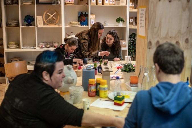 In Ateljee Bijzonder in Hoensbroek passen jongeren met een beperking zelf op de winkel