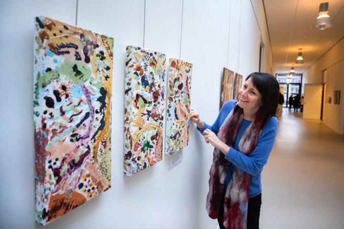 Bewoners van verpleeghuis La Famille Elsloo schilderen met afwasborstels een expositie bij elkaar