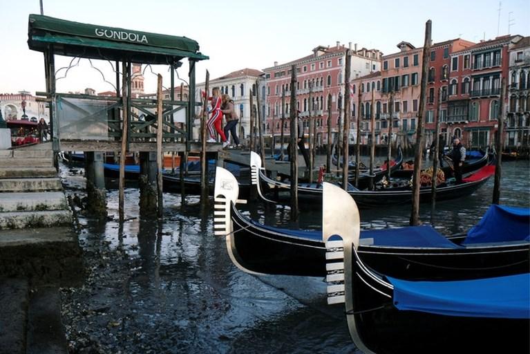 Hollen of stilstaan in Venetië: na extreem hoog waterpeil staan kanalen nu droog