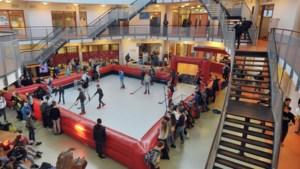 Een potje ijshockey tussen de lessen door in 'klein Thialf'