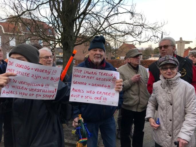 Tientallen demonstranten bij lawaaiprotest in Schinveld tegen Awacs