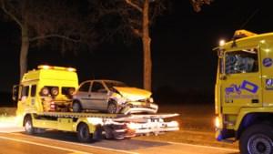 Auto botst tegen vrachtwagen: wegdek vol met diesel