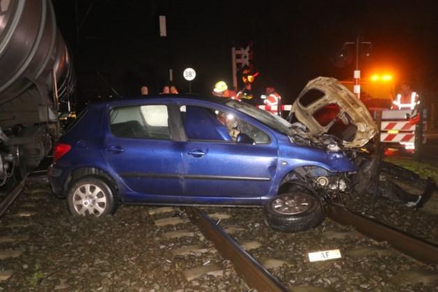 Automobilist komt vast te zitten op spoor en ontkomt op het nippertje aan aanrijding met trein