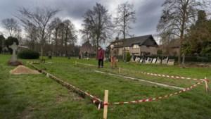 Erehaag van protestantse grafmonumenten brengt leven op begraafplaats Beek