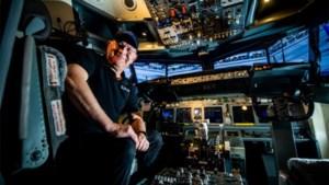 Clement (66) bouwde hele cockpit Boeing 737 na in slaapkamer: 'Maar mijn vrouw wil nooit meevliegen'