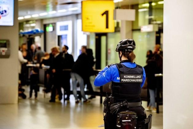 Oekraïener op Schiphol aangehouden na mishandeling zoontje (3) in vliegtuig