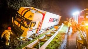 Bestuurster heeft heel veel geluk: vrachtwagen schampt auto met pech op vluchtstrook