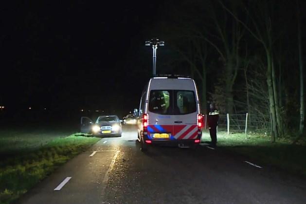 Voetganger (34) loopt op de weg en wordt doodgereden door passerende auto